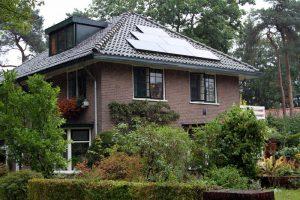 Woning met 6 zonnepanelen op het dak